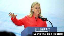Бившият държавен секретар и кандидат за президент на Демократическата партия през 2016 г. Хилъри Клинтън