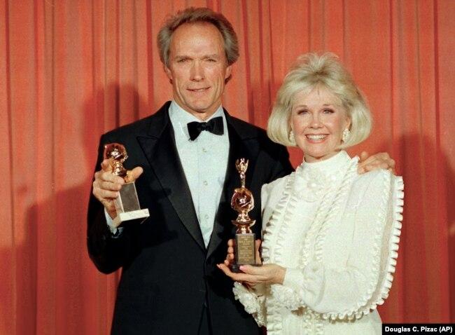به همراه کلینت ایستوود به هنگام دریافت جایزه گلدن گلوب در ۱۹۸۹