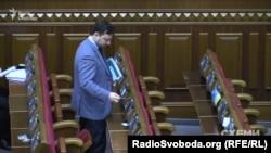 Юрій Соловей вкладає картки депутатів фракції «Блок Петра Порошенка»