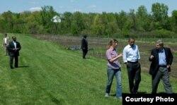 Том Вилсак, Барак Обама и Морган Хениг, владелица фермы органических продуктов, в Маунт-Плизант, Айова.