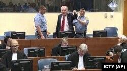 Һааг мәхкәмәсендә Ратко Младичка хөкем карары уку вакытында