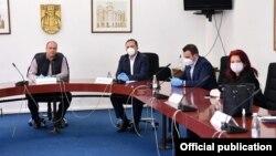 Максим Димитриевски, Оливер Спасовски и Арбер Адеми на средбата во Куманово после која високи владини функционери беа ставени во изолација