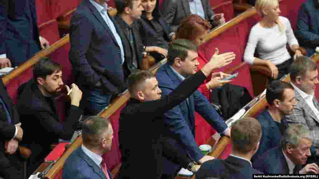 Після виступу з трибуни Олексій Гончарук покинув залу засідань. Дехто з депутатів пропонував прем'єрові залишитись і відповісти на запитання народних депутатів.