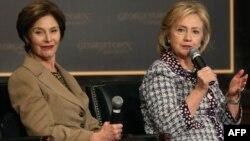 На снимке: бывшие первые леди США Лора Буш и Хиллари Клинтон