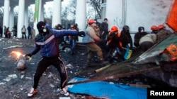 Участники акции протеста против ограничивающих общественные выступления законов бросают бутылки с зажигательной смесью в сторону милиционеров. Киев, 20 января 2014 года.