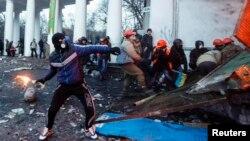"""Халықтық шеруді шектейтін заңға қарсылық танытушылар милиция күшіне """"Молотов коктейлі"""" құйылған шөлмектер лақтырып жатыр. Киев, 20 қаңтар 2014 жыл."""