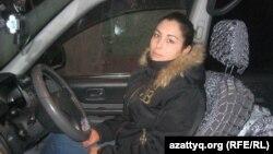 Такси жүгізушісі Зарина Қадықова. Алматы, 5 желтоқсан 2013 жыл.