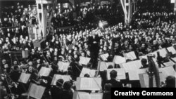 Вильгельм Фуртвенглер дирижирует оркестром. Берлин, 1942 год.