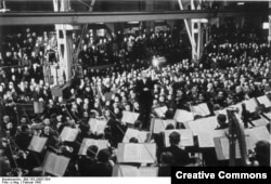 German -- Wilhelm Furtwängler dirijînd un concert în februarie 1942 (Foto: German Federal Archive)