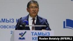 Білім және ғылым министрлігінің тамыз педагогикалық кеңесінде сөйлеп тұрған Ерлан Сағадиев. Астана, 18 тамыз 2016 жыл.