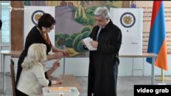 Armaniston prezidenti Serj Sarkisyan ovoz berish uchastkasida. 2017, 2 aprel.