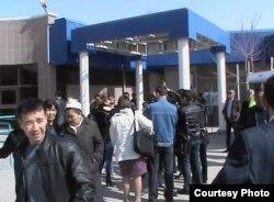 """Люди выходят из здания, где проходит суд по делу """"о беспорядках в Жанаозене"""". Актау, 6 апреля 2012 года. Фото предоставил Ерлан Калиев."""