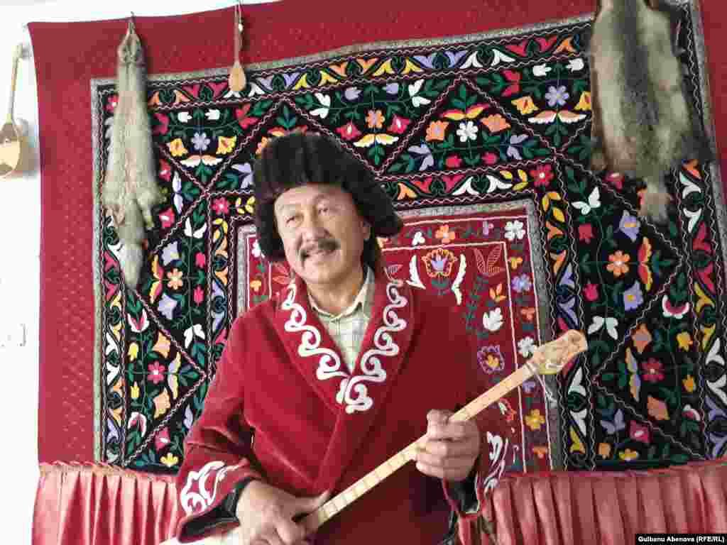 Мустафа Кок – всем известная в ауле и не только личность. Он в 2004-2009 годах был акимом аула. Будучи акимом, он сделал немало для развития села, для сохранения казахских традиций, для развития казахского языка. Он на высоком правительственном уровне поднимает в Турции проблемы этнических казахов. В его доме есть уголок, где висят фотографии с его встреч с главами Турции и Казахстана.