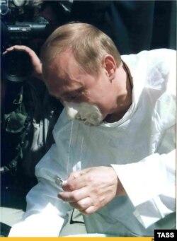 Владимир Путин ныряет в катык за монеткой. Сабантуй 2000 года в Казани