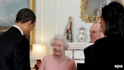 АҚШ президенті Барак Обама мен Ұлыбритания патшайымы Елизаветаның жеке кездесуі. Лондон, 1 сәуір 2009 жыл. (Көрнекі сурет)