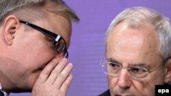 Комесарот за проширување Оли Рен и Комесарот за внатрешни прашања Жак Баро на прес конференција ја објавуваат препораката на ЕК за укинување на визите на Македонија, Србија и Црна Гора