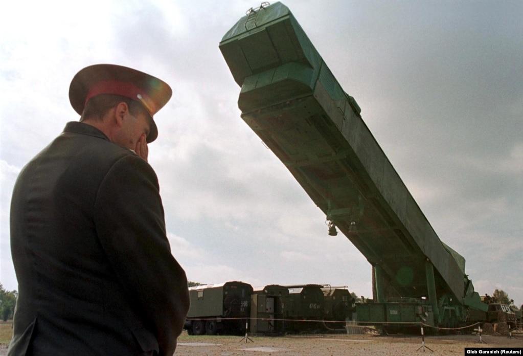 Офицер украинской армии наблюдает за тем, как пусковую установку ракеты СС-24 извлекают из шахты на военной базе рядом с Первомайском на юге Украины. 29 сентября 1998 года