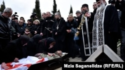 Отец погибшего поблагодарил власти за то, что тело его сына упокоилось именно на братском кладбище в Мухатгверди