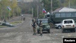 Российские миротворцы и азербайджанские военные в районе Шуши