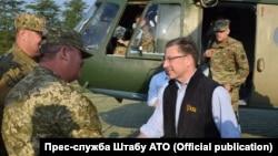 Курт Волкер (у цивільному) на сході України, 23 липня 2017 року, фото прес-центру штабу АТО