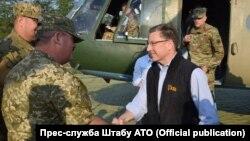 Спеціальний представник адміністрації США щодо врегулювання на нині окупованій частині сходу України Курт Волкер (у цивільному) на Донбасі, 23 липня 2017 року