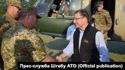 Специальный представитель Госдепартамента США Курт Волкер посещает Авдеевку, 23 июля 2017 года