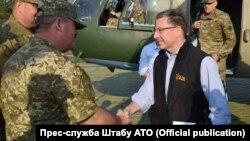 Курт Волкер (справа) посещает Авдеевку, 23 июля 2017 года