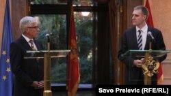 Šef Delegacije EU u Crnoj Gori Mitja Drobnič uručio je predsjedniku Vlade Igoru Lukšiću Izvještaj Evropske komisije, Podgorica, 10. oktobar 2012.