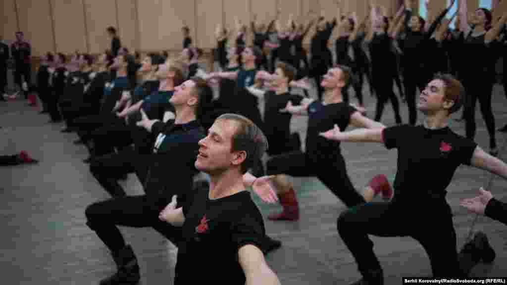 Основу репертуару ансамблю становлять старовинні й сучасні танці різних регіонів України