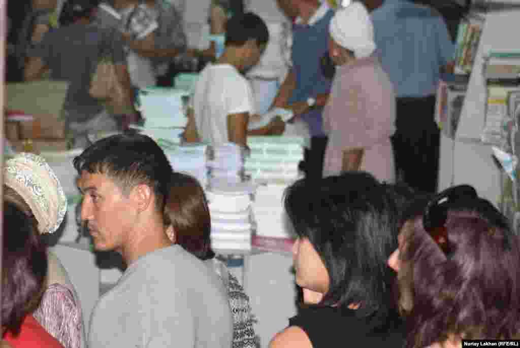 Люди в поисках нужных учебников в магазине «Атамұра».