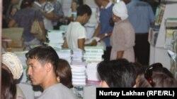 Очередь за учебниками в книжном магазине в Алматы. 4 сентября 2013 года. Иллюстративное фото.