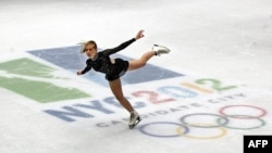 Бывшая чемпионка по фигурному катанию на коньках Оксана Баюл во время выступления в Нью-Йорке. Февраль 2005 года