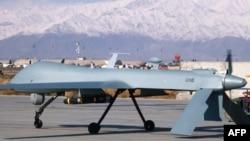 Un aparat dron US Predator, dotat cu rachete, gata de decolare. Baza militară din Bagram, Afghanistan
