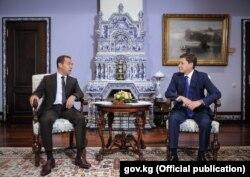 Ресей премьер-министрі Дмитрий Медведев пен Қырғызстан премьер-министрі Сапар Исаков (оң жақта). 29 қыркүйек 2017 жыл.