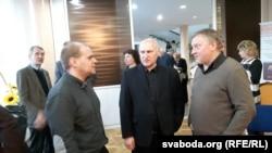(Зьлева направа) пісьменьнікі Павал Касьцюкевіч і Барыс Пятровіч, выдавец Ігар Логвінаў