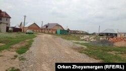 Дорога в Коянды, которую покрыли гравием за счет жителей села. Акмолинская область, 6 августа 2013 года.