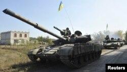 Українські танки відводяться від лінії зіткнення на Донбасі. 5 жовтня 2015 року