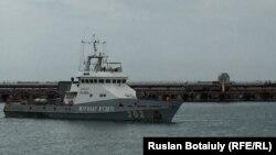 Корабль береговой охраны в казахстанской акватории Каспийского моря.