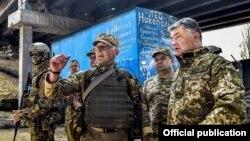 Украина президенті Петр Порошенко Донецк маңында украин әскерилерімен бірге. Маусым 2016 жыл.