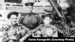 Степан Карагодиннің ұлы Лев Карагодиннің (ортада) екінші дүниежүзілік соғыс кезінде Қырымдағы әскери госпитальде түскен суреті.