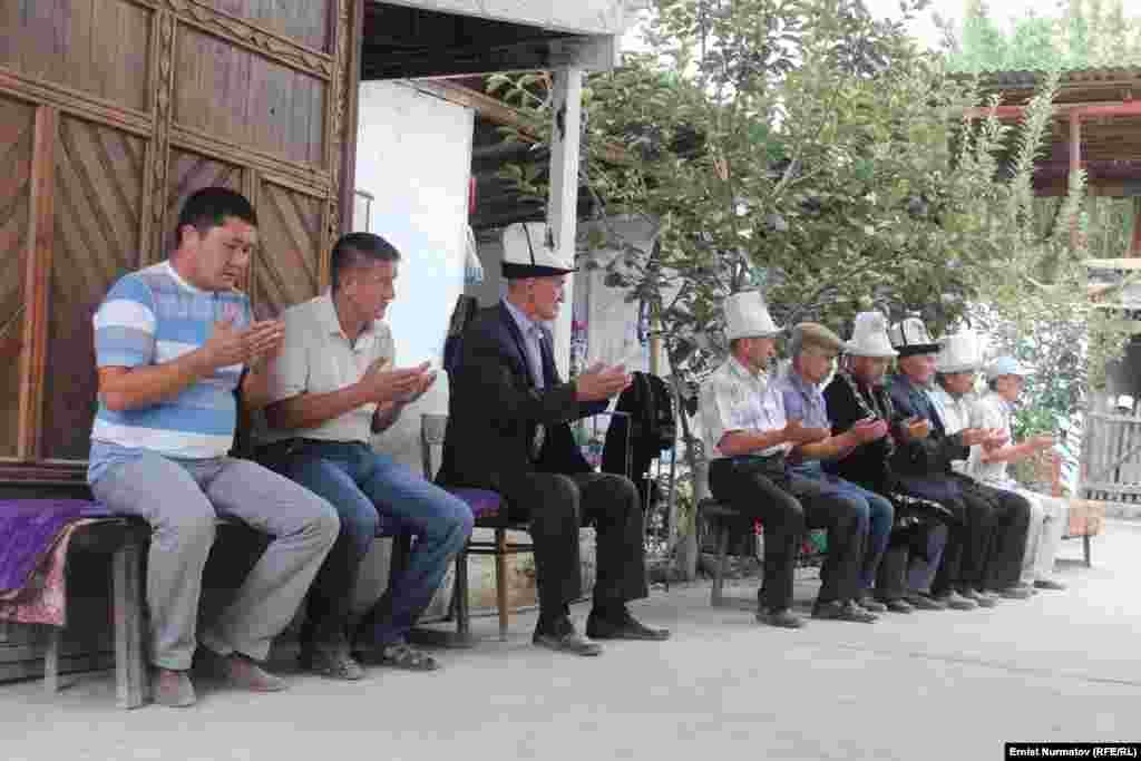 Өзбекстан чек арачылары атып салган Токоман Акматалиевдин сөөгү өзү туулуп-өскөн Найман айылында жерге берилди.