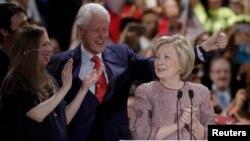 Кандидат у президенти США від демократів Гілларі Клінтон, її чоловік, екс-президент Білл Клінтон та їхня дочка Челсі