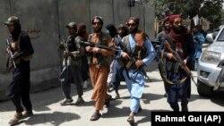 Боевики «Талибана» патрулируют квартал Вазир Акбар Хан в Кабуле, 18 августа 2021 года