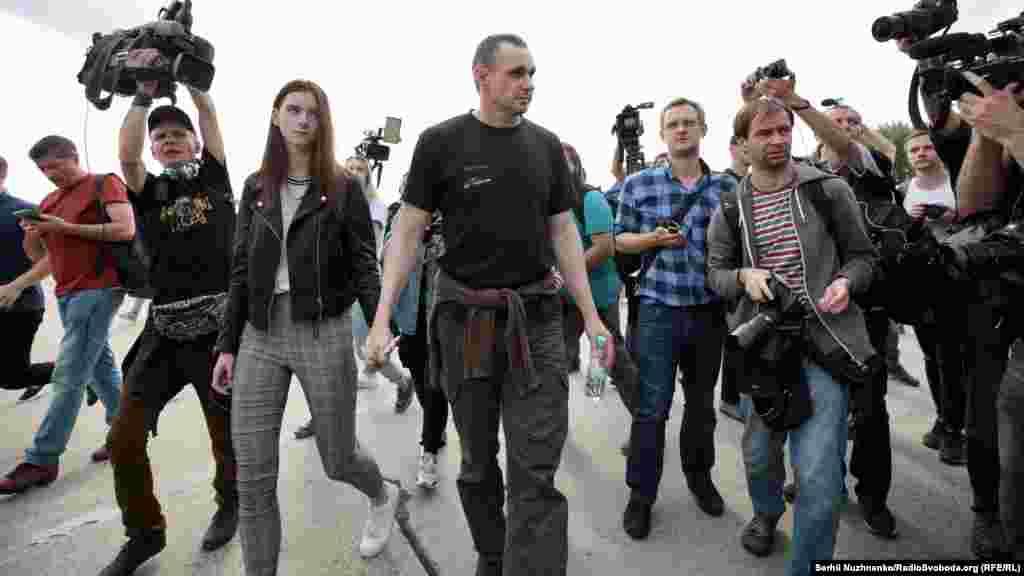 Олег Сенцов із дочкою в оточенні журналістів