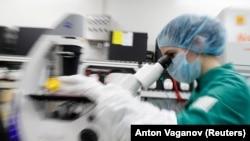 Naučnik pregleda ćelije zaražene COVID-19 pod mikroskopom tokom istraživanja o vakcini u laboratoriju biotehnološke kompanije BIOCAD u Sankt Peterburgu, Rusija, 20. maja.