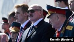 Аляксандар Лукашэнка з малодшым сынам на парадзе ў Маскве