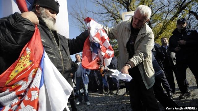 Radikali pale hrvatsku zastavu na protestima protiv oslobađajuće presude Gotovini i Markaču, održanim u Beogradu