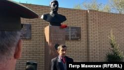 Қурилиш ширкати рекламаси Коммунистик партиянинг Новосибирскдаги бўлими иморати қаршисида Сталин бюсти очилишидан икки кун ўтиб ёйинланди.