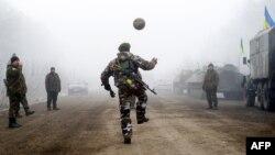 Украинские военные играют в мяч на трассе Артемовск – Дебальцево. Снимок Владимира Шуваева