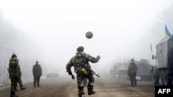 Фотаздымак салдатаў ўкраінскай арміі, якія гуляюць у мяч на трасе Арцёмаўск — Дэбальцава, патрапіў на першыя палосы многіх сусьветных СМІ